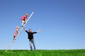 Kinder klettern eine Leiter hoch
