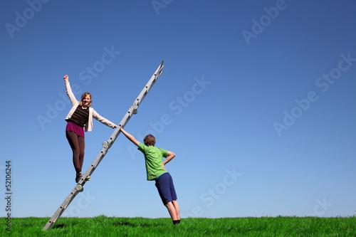 Junges Mädchen klettert eine Leiter hoch