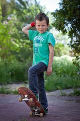 Jeune garçon faisant du skateboard