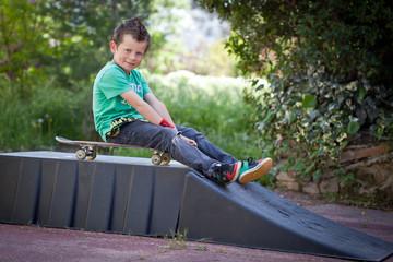 Jeune skater et sa rampe de Skate