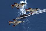 Kampfjets im Einsatz überfliegen eine Fegatte
