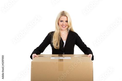 Junge Frau liefert Paket