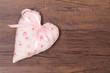 Herz mit Rosen und rosa Schleife