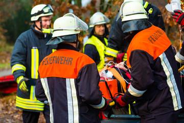 Unfall - Feuerwehr beatmet Unfallopfer auf Trage