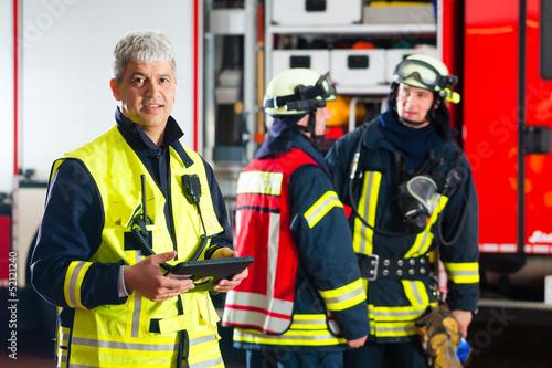 Feuerwehr - Einsatzplanung am Tablet-Computer - 52121240