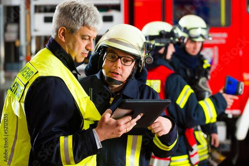 Feuerwehr - Einsatzplanung am Tablet-Computer - 52121255