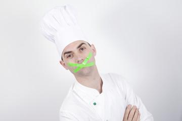 Junger Koch mit zugeklebten Mund