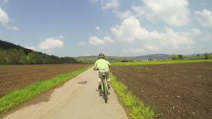 Kind fährt schnell mit dem Fahrrad