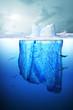 Eisberg in der Antarktis mit Kreuzfahrtschiff