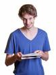 Student liest Zeitung