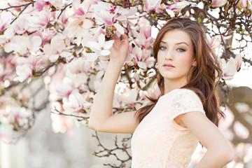 junge lachende frau und magnolien portrait