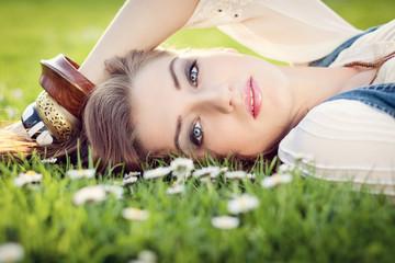 Junge hübsche Frau Mädchen liegt auf einer grünen Wiese mit G