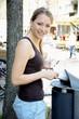 Junge Frau wirft Müll in Mülleimer