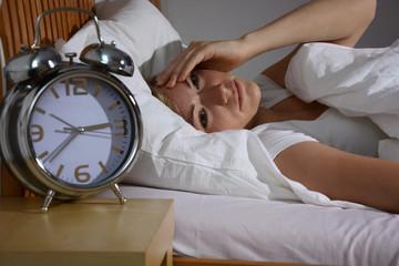 Junge Frau kann nicht einschlafen