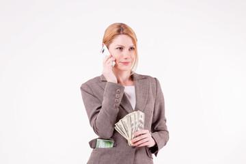 Успешная женщина говорит по сотовому