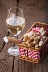 Spargel und Wein