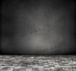Raum mit schwarzer Ziegelwand, schmutziger Fliesenboden