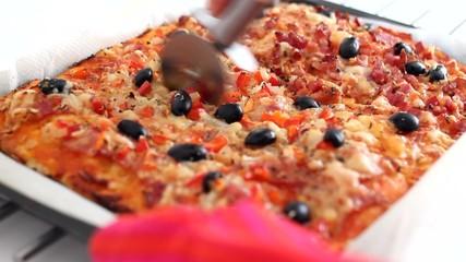 Cortando porciones de pizza