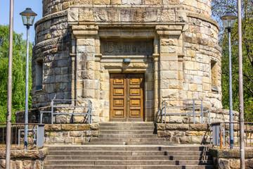 Eingang des Bismarckturms mit Straßenlaternen