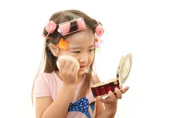 メイクをして遊ぶ女の子