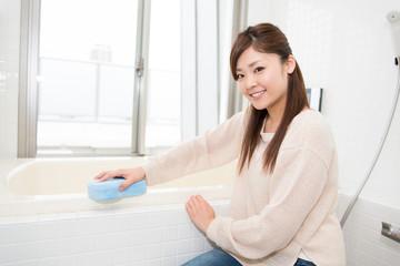 お風呂を掃除する女性