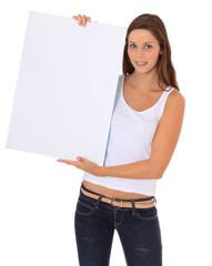 Junge Frau hält weißes Schild