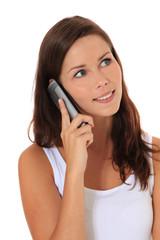 Attraktive junge Frau telefoniert