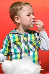 Kleiner Junge nascht Zuckerwatte