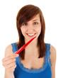 Die junge Frau beißt in eine Paprikaschote