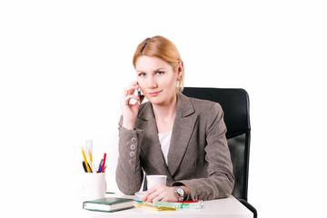 женщина ведет переговоры по телефону