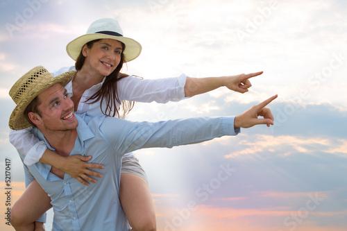 mann und frau zeigen auf himmel