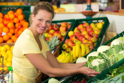 hausfrau kauft blumenkohl ein