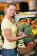 junge frau kauft frisches gemüse