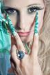 Hübsche Frau mit Stiletto Nägel macht V