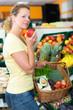 frau kauft obst und gemüse ein