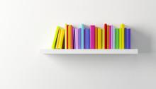 Étagère avec des livres multicolores