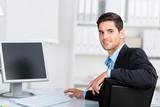 junger geschäftsmann arbeitet am computer