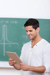 lächelnder student schaut auf tablet
