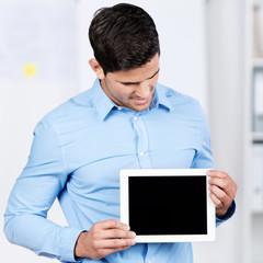 geschäftsmann zeigt tablet