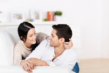 verliebtes junges paar auf dem sofa