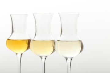 bevanda alcolica tre bicchieri colorati su sfondo grigio