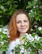 Junge Frau mit Blüten