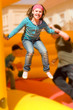 Mädchen springt auf der Hüpfburg