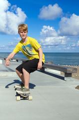 Junger Skateboarder / Longboarder
