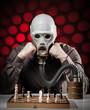 mann mit gasmaske beim schachspielen 4