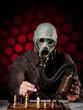 mann mit gasmaske beim schachspielen