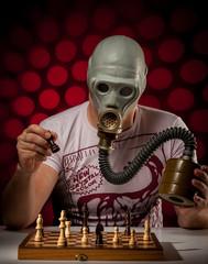 mann mit gasmaske beim schachspielen 5