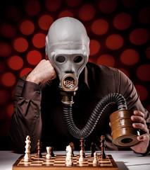 mann mit gasmaske beim schachspielen 3