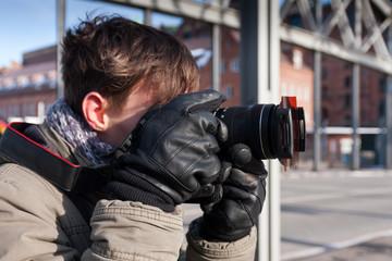 junger Hobbyfotograf beim Fotografieren