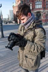 junger Hobbyfotograf bei der Bildauswahl